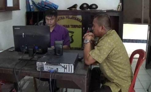 kepala BPBD kabupaten Kolaka saat melaporkan stafnya di mapolres Kolaka atas ulahnya mengamuk di Kantor. FOTO : LAN