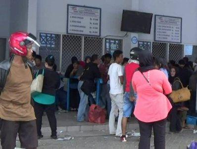 Calon penumpang di pelabuhan penyebrangan kolaka - Bajoe saat mengantri mendapatkan Tiket. FOTO : LAN