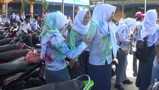 Aksi Corat-Coret dan dilanjutkan konvoi oleh siswa-siswi SMA di kolaka usai pelulusan UN. FOTO : LAN