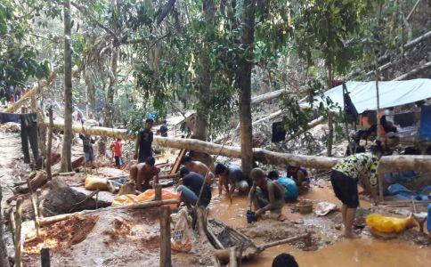 warga mulai melakukan penambangan emas secara manual di lokasi tambang emas di kolaka. FOTO : LAN