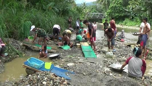 Tampak warga ulunggolaka saat melakukan penambangan emas secara tradisional. FOTO : LAN