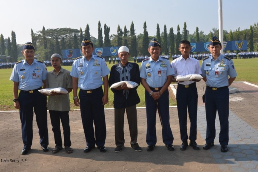 Marsekal Pertama TNI Ir. Novyan Samyoga foto bersama dengan para stafnya di lanud Adi Sucjipto. FOTO : NADHIR
