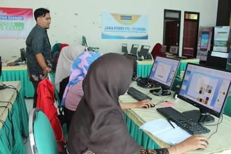 Guru TK ini saat mengikuti les Komputer di kantor Perpustakaan probolinggo. FOTO : ASL