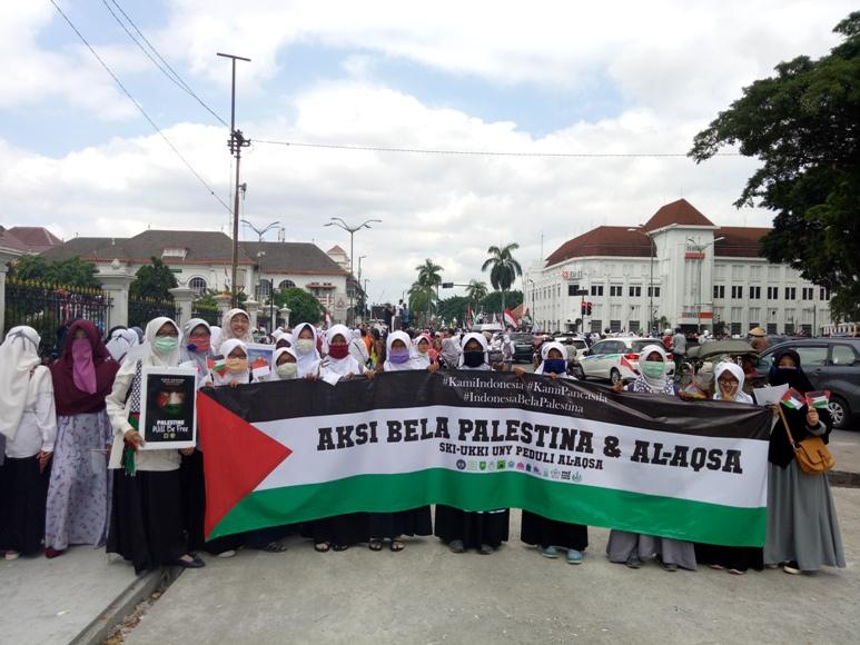 Ribuan elemen umat Islam jamaah Forum Ukhuwah Islamiyah (FUI) Daerah Istimewa Yogyakarta (DIY) menggelar Longmarch aksi bela Palestina dan Masjid Al-Aqsa di kawasan Malioboro. FOTO : NADHIR ATTAMIMI
