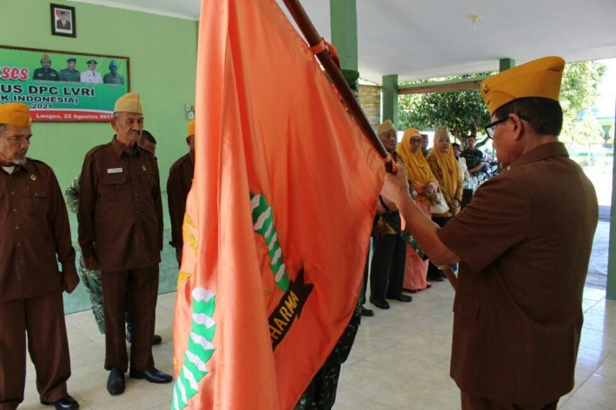 Pengukuhan dan penyerahan bendera Pataka Legiuan veteran RI kepada pengurus DPC LVRI Kota Langsa. FOTO : ROBY SINAGA