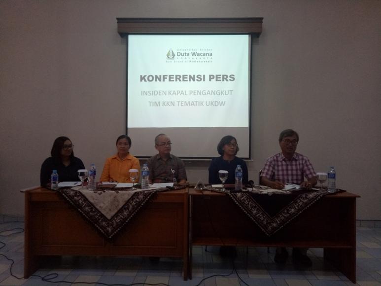 Rektor Universitas Kristen Duta Wacana (UKDW) Yogyakarta beserta jajarannya saat menggelar Jumpa Pers terkait karamnya Kapal yang mengangkut Mahasiswa dan Dosen KKN di Teluk Rinca. FOTO : NADHIR ATTAMIMI