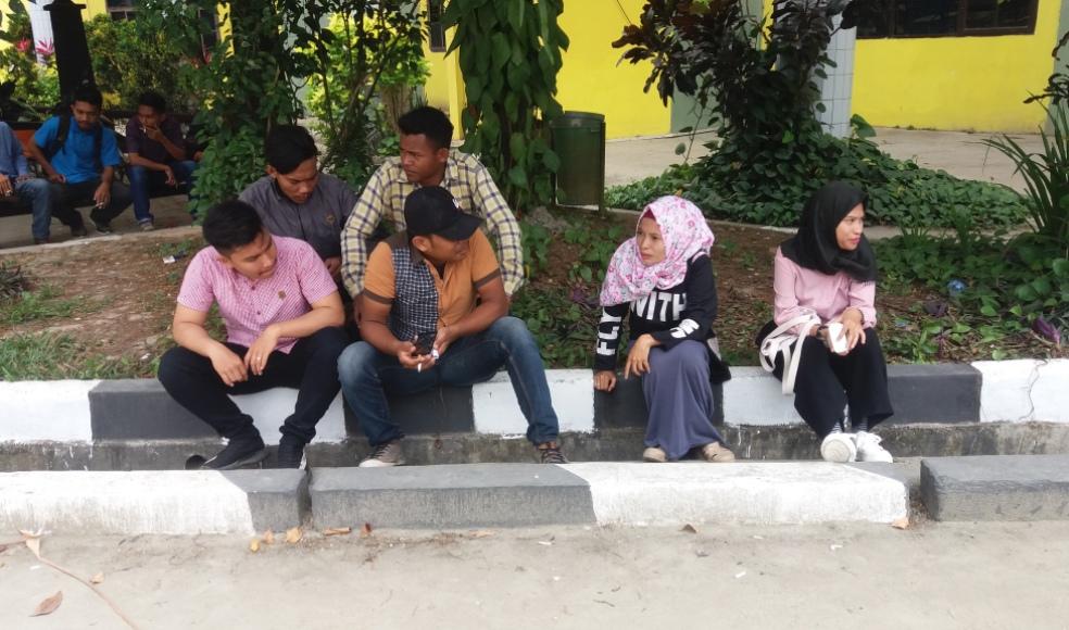 Sejumlah Mahasiswa UHO Kendari ini tidak dapat melanjutkan kuliahnya, setel;ah mengalami keterlambatan pembayaran UKT. FOTO : ISWANTO