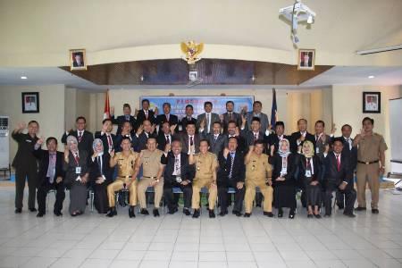 Kepala PSDM Sultra Samudra Wasiri bersama Wakil Bupati Konsel H Arsalim dan sejumlah peserta Diklat foto bersama. FOTO : MAHIDIN