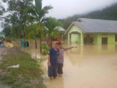 Kondisi Rumah Warga Di Desa Lamokula, Kec. Moramo Utara Yang Diterjang Bencana Banjir. Jum'at. 12/5/2017. FOTO : POLSEK MORAMO
