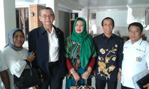 Ketua Umum DPP GMPK, DR H Bibit Samad Rianto (Jas Hitam) didampingi Wakil Bupati Konsel, DR H Arsalim Arifin (Baju Batik) Beserta Pengurus GMPK Konsel Saat Berfoto Bersama. FOTO : MAHIDIN