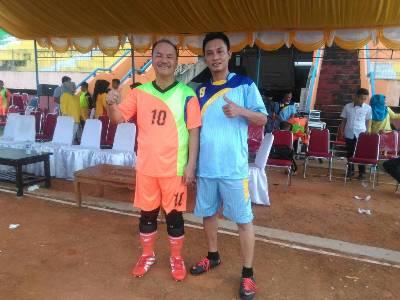 Kapten Tim PS Garuda H. Surunudin Dangga (10) Bersama Salah Seorang Pemain PS Pers. FOTO : HUMAS