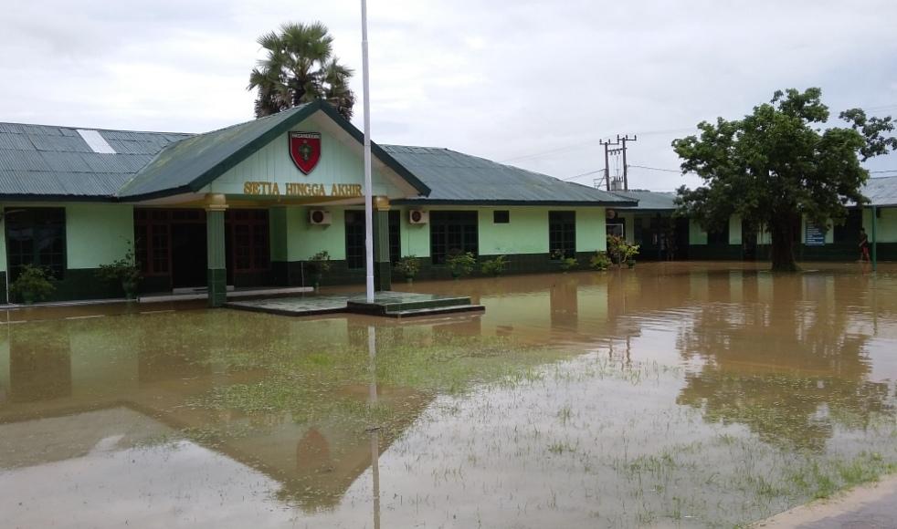 Markas Kodim terendam banjir di pagi hari membuat apel pagi di batalkan dan di ganti dengan melakukan pembersihan. FOTO : LA ODE AWALUDDIN