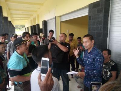 Puluhan buruh yang masih mengungsi di terminal Rimo, Aceh Singkil.