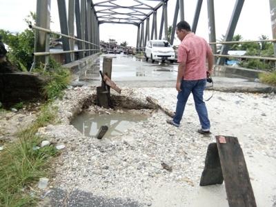 Awa. jembatan ini berlobang, bisa membahayakan pengendara. FOTO : MAN