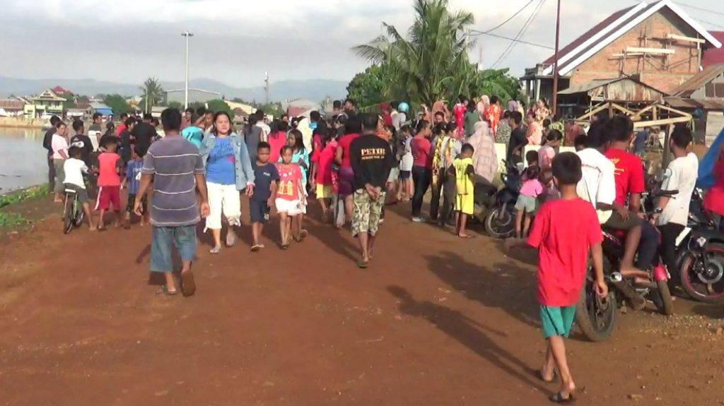Warga keluhan Dawi-Dawi Kecamatan Pomalaa saat hendak mengamuk di rumah kontrakan pelaku pemerkosaan dan pembunuhan. FOTO : ASDAR LANTORO
