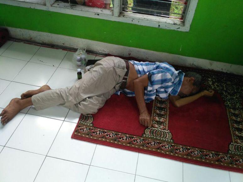 Seorang warga tanpa identitas ditemukan meninggal di Musholah SPBU Aceh Langsa. FOTO : ROBY SINAGA