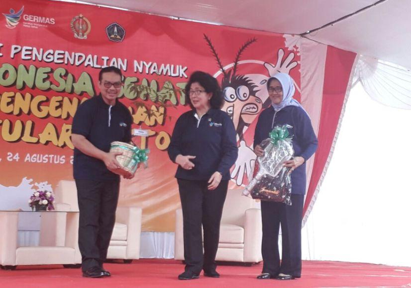 Menteri Kesehatan RI, Nila Djuwita F. Moeloek, dalam lawatannya ke Yogyakarta untuk memperingati Hari Anti Nyamuk (HAN) menekankan kepada masyarakat untuk selalu menjaga lingkungan sekitar mulai dari usia dini. FOTO : NADHIR ATTAMIMI