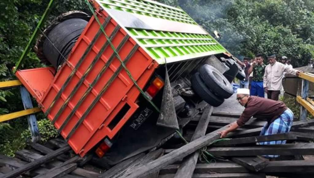 Truk Pengangkut Kabel Listrik Ambruk di Jembatan, Jalan Ronta-Ereke Terputus