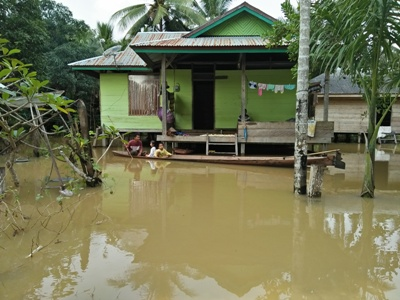 kampung tergenang lagi, warga beraktifitas dengan menggunakan perahu. FOTO : MIRDAT
