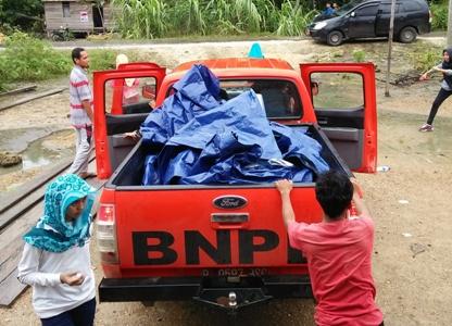 BNPB Buton Utara saat menyalurkan bantuan untuk korban banjir. FOTO : MIRDAT
