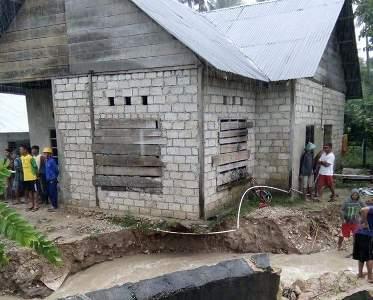 Salah satu rumah warga di Kabupaten Buton Utara terancam roboh akibat tanggul longsor. FOTO : ,MIRDAT