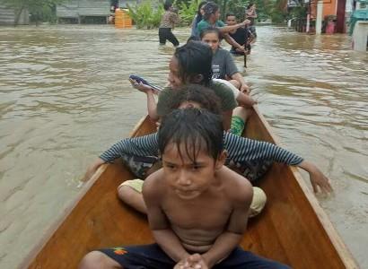 Kecamatan Bonegunu Banjir lagi. Aktifitas warga dilakukan dengan menggunakan sampan. FOTO : MIRDAT