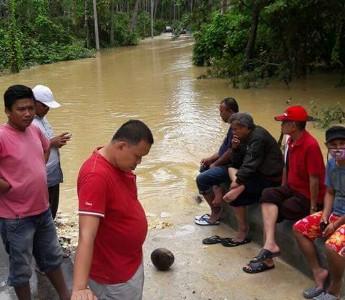 menghubungkan Jalan Wa ode Buri - Labuan terendam banjir. Arus lalulintas macet total. FOTO : MIRDAT