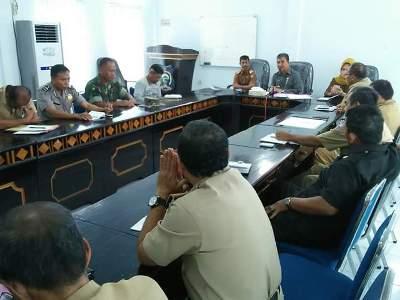 Bupati Buton Utara Abu Hasan saat memimpin rapat pembentukan tim penertiban THM dan Miras. FOTO : MIRDAT