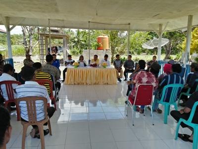 Sosialiaasi keutamaan dan keunggulan pertanian organik di wilayah Kecamatan Bonegunu yang dilaksanakan di Rujab Camat Bonegunu . FOTO : MIRDAT