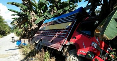 Mobil Pengangkut Aqua Jatuh, Nyaris Terbalik Bonegunu Butur
