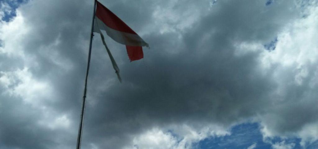 Bendera Merah Putih Sobek Masih Berkibar di Kantor Bupati Butur