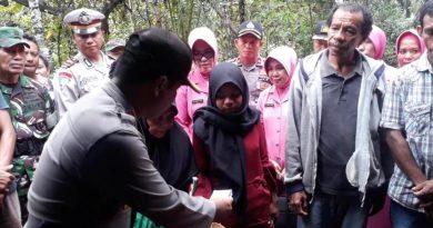 Putri Korban Ular Piton Terima Bantuan Pihak Polres Muna