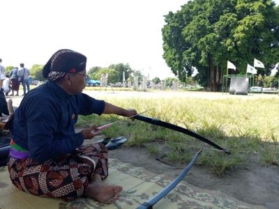 Aksi Jemparingan sebuah panahan gaya mataram kembali dihadirkan dihadapan masyarakat Yogya dikawasan Alun-alun Kidul. FOTO : NADHIR