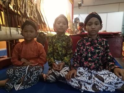 Tiga Dalang cilik andalan Yogyakarta yang selalu siap tampil dalam pagelaran seni. FOTO : NADHIR