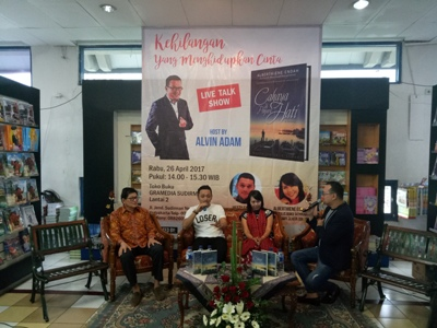 "Toko Buku Gramedia bekerjasama dengan pihak Penerbit Andi mengadakan acara Live Talk Show ""Cahaya di Penjuru Hati"" FOTO : NADHIR"