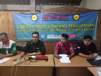 Sekjend Aliansi Buruh Yogyakarta, Kirnadi saat ditemui dalam jumpa pers di Sekre ABY, Yogyakarta. FOTO : NADHIR