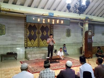 Kapolda Daerah Istimewa Yogyakarta, Brigjend Pol. Ahmad Dofiri ngabuburit bareng warga Yogyakarta di Masjid Kauman. FOTO : NADHIR