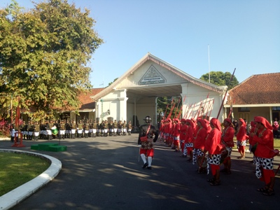 Beginilah proses pergantian pengamanan istana pakualaman oleh para pengawal istana. FOTO : NADHIR