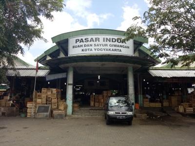 termpat perkulakan inilah yang dikeluhkan oleh pedagang buah dan sayuran yang minim fasilitas di hadapan anggota DPR RI. FOTO : NADHIR
