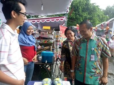 Ketenagakerjaan dan Transmigrasi Kota Yogyakarta saat berbincang dengan pelaku UMKM. FOTO : NADHIR