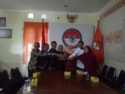 Personil bawaslu foto bersama usai mendengarkamn dan mengikuti sidang kode etik DKPP melalu Telcomfrence. FOTO : NADHIR