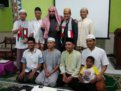 Syech Muntasir Husein penceram,ah asal Palestina Foto bersama dengan pengurus Masjid Baiturahman Gowok. FOTO : NADHIR