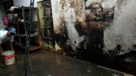 si jago merah melahap sebuah dapur rumah sentra peyek. FOTO : NADHIR