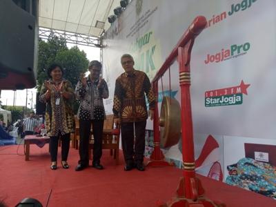 Yogyakarta Drs. Sulistiyo dengan memukul gong Gebyar UMK dan dilanjutkan talk show Sambung Rasa. FOTO : NADHIR