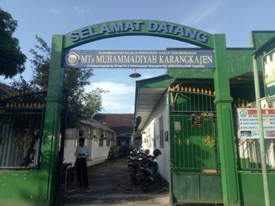 MTs Muhammadiyah Karangkajen Yogyakarta, yang saat ini siswa-siswanya melaksanakan UNBK dengan menumpang di salah satu SMK di Yogya. FOTO : NADHIR