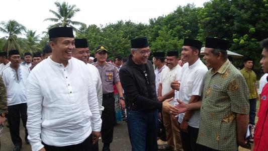 Gubernur Sultra H. Nur Alam didampingi Bupati Muna barat LM Rajiun Tumada saat melakukan safari ramadahan di muna barat. FOTO : AWALUDDIN