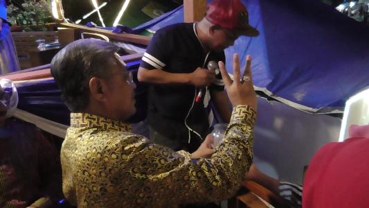 Gubernur Sultra Dr H Nur Alam SE, saat menarik nomor undian untuk di umumkan oleh MC. FOTO : FA