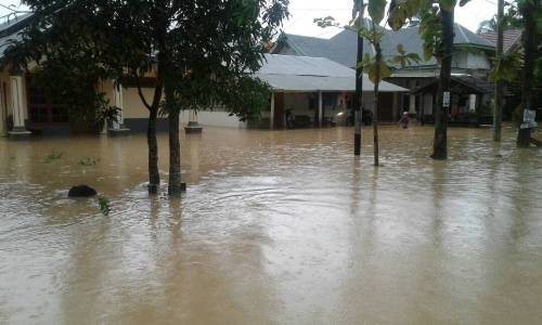 Jalan manunggal Kompleks Wirabuana yang tergenang banjir sejak semalam. Bukan saja jalan, tetapi pemukiman warga juga terendam banjir. FOTO : ODEK