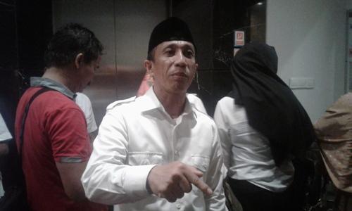 Wakil Bupati Konsel H. Arsalim Arifin saat memberikan keterangan pers terkait belum di tekennya SK Pengunduran dirinya dari statusnya sebagai PNS oleh Gubernur. FOTO : ODEK