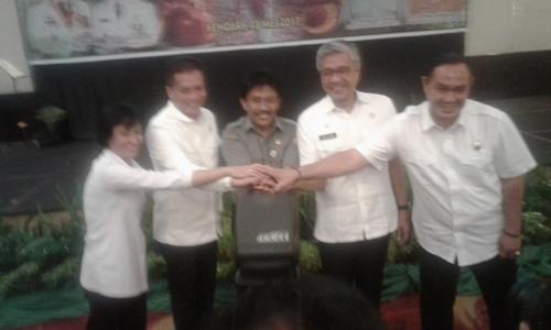 Dirjend Perkebunan dan Holtikuluta kementan RI Ir Bambang bersama Gubernur H. Nur Alam, Ketua DPRD dalam kegiatan konsultasi perkebunan di salah satu Hotel di Kendari. FOTO : ODEK
